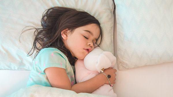 Strategii pentru a invata copilul sa doarma singur in camera sa