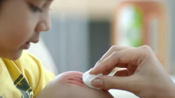 Cum se folosesc corect antisepticele si dezinfectantii cand copilul se raneste