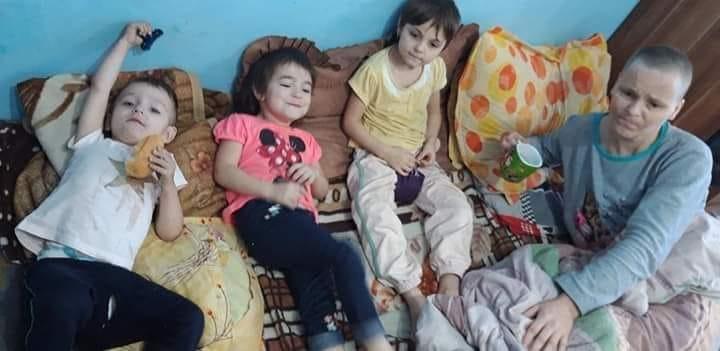 7 copii plang in prag de Craciun langa mama lor bolnava de cancer