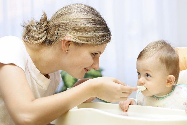 Diversificarea alimentatiei la bebelusi: 5 sfaturi utile pentru mamici