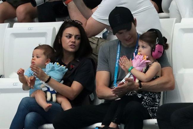 Mila Kunis si Ashton Kutcher nu le vor da copiilor lor cadouri de Craciun: Nu vrem sa crestem niste nesimtiti