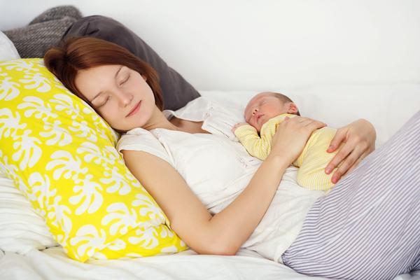 3 lucruri esentiale pe care o mamica inteligenta trebuie sa le stie despre dormitul cu bebelusul