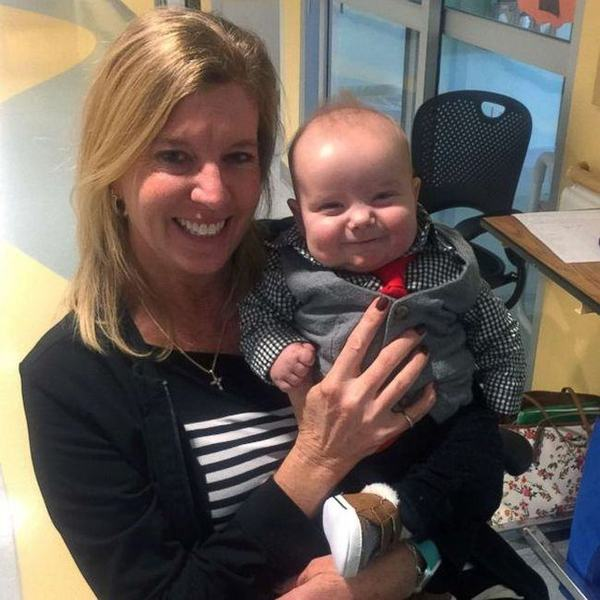 Un bebelus cu probleme grave la inima a fost adoptat de asistenta care l-a ingrijit zi de zi, pentru ca parintii nu-si permiteau tratamentul foarte scump