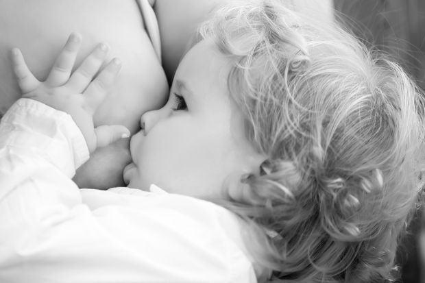 7 lucruri pe care sa nu le spui unei mame care alapteaza un toddler