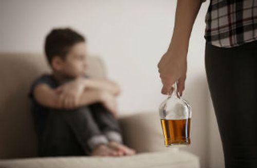 Problemele cu alcoolul ale parintilor distrug emotional copilul