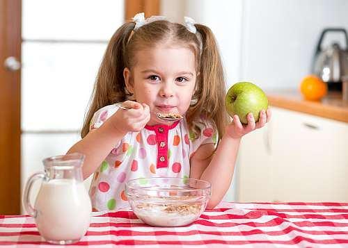 Alergiile copiilor la alimente. Ce pot face parintii?
