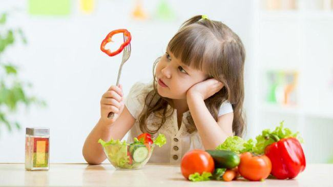 Cum iti convingi copilul sa incerce alimente noi