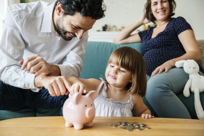 Cat cheltuie parintii pe educatia copilului. Alocatia de la stat, prea mica pentru a acoperi suma