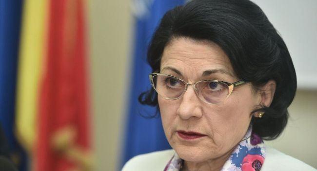 """Ecaterina Andronescu, despre invatatoarea care a atacat 2 elevi: """"Medicul ii da aviz si ea recidiveaza"""""""