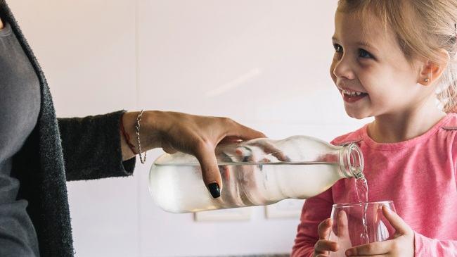 Cum inveti un copil sa bea apa si cat de importanta este pentru organism