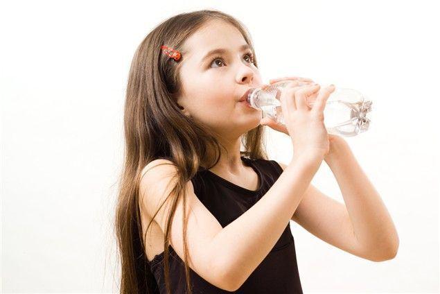 6 idei simple pentru hidratarea copilului