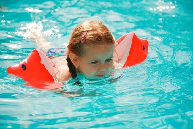 Aripioarele pentru inot sunt SIGURE pentru copii? Expertii spun ca sunt un PERICOL