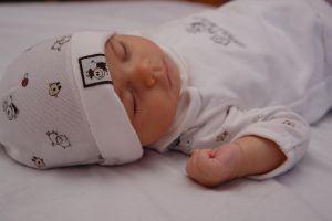 Masuri de siguranta contra caderii bebelusului din patut