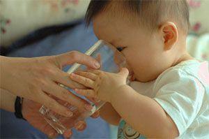 Vaccinurile la copii, alinate cu apa indulcita
