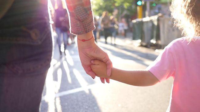 Copiii cu dizabilitati vor avea asistenti maternali profesionisti