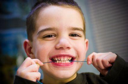 Invata copilul cum se foloseste ata dentara