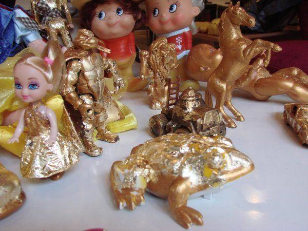 De la dinozauri modelati la jucarii aurite