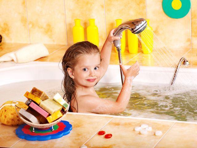 La ce varsta pot face copiii baie sau dus singuri?