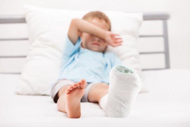 """Copil cu piciorul rupt, trimis acasa de la Spitalul din Ploiesti. """"Medicul de garda nu coboara pentru o contuzie"""""""