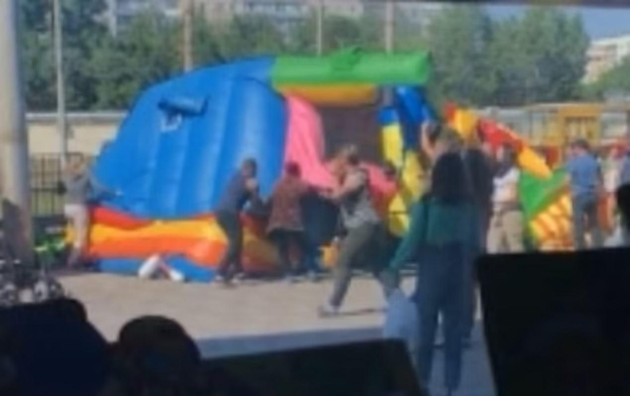 Tragedie la locul de joaca. Copii in stare grava, dupa ce au fost aruncati in aer de un castel gonflabil