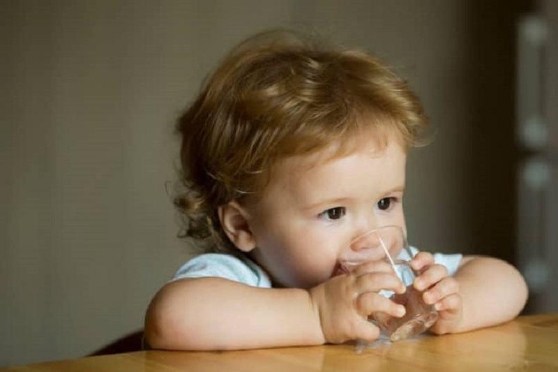 Ce ar trebui sa BEA un copil cu varsta sub cinci ani