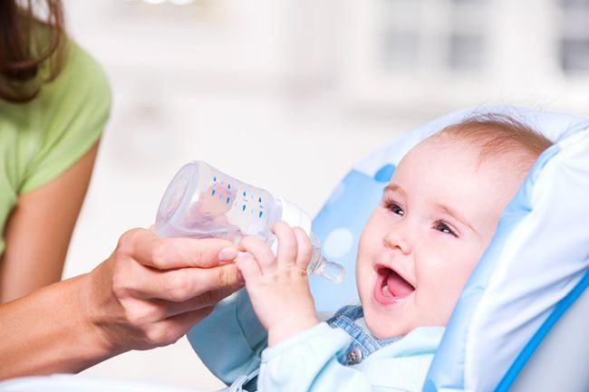 De ce nu trebuie sa-i dai niciodata apa unui bebelus mai mic de 6 luni