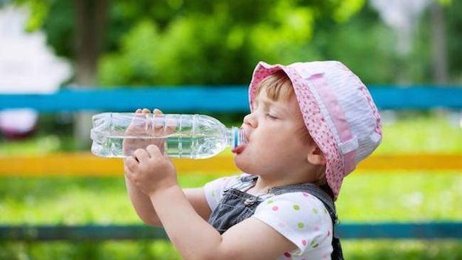 Cum sa-ti hidratezi bebelusul in timpul verii. Cata apa trebuie sa bea in functie de varsta si greutate