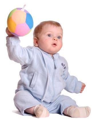 De ce arunca bebe cu obiectele din jur?