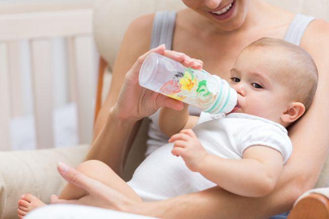 Studiu: Bebelusii hraniti cu biberonul au aceasta trasatura neobisnuita