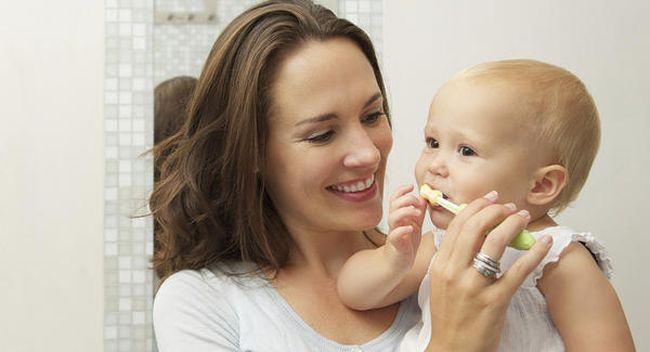Aparitia dintilor de lapte: cand ies si in ce ordine. Cum iti speli bebelusul pe dinti