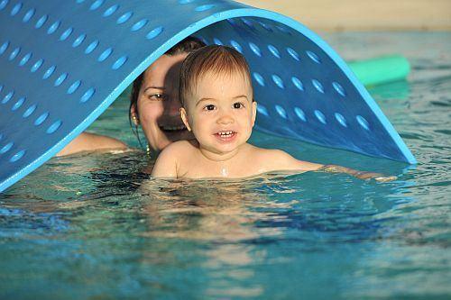 Beneficiile apei si ale inotului pentru bebelusi