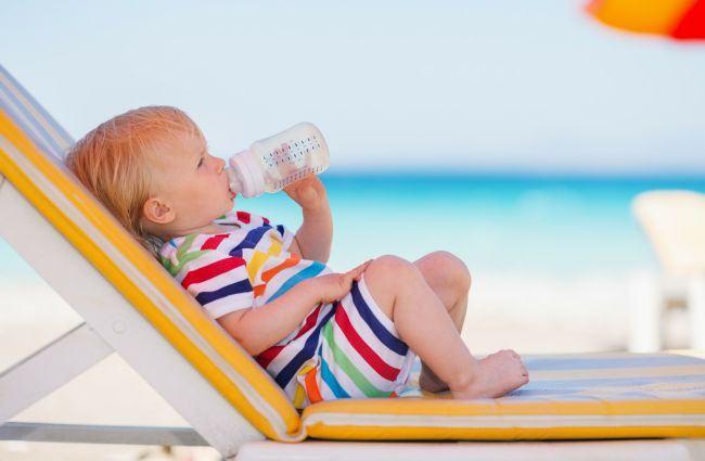 Vara bebelusilor: Cand inveti copilul sa inoate si cand ai voie sa il duci la plaja