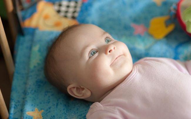 De ce bebelusii se uita in gol si zambesc? Nu este vorba de o fantoma