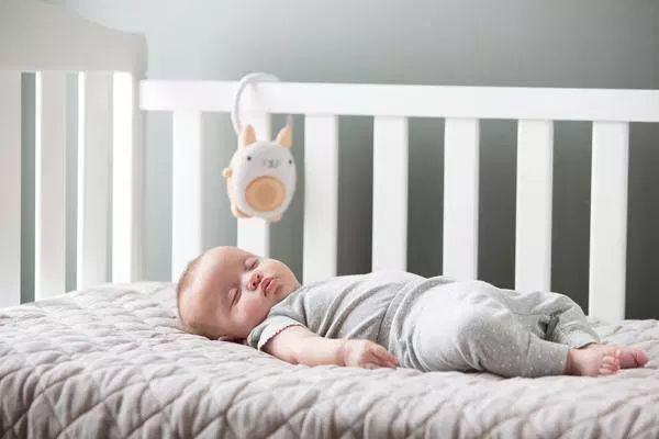 STUDIU. Copilul doarme mai mult daca are camera lui. Ce spun specialistii in pediatrie