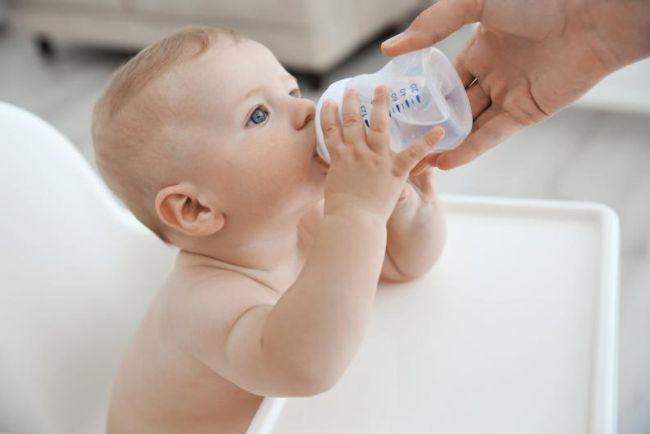 De ce este interzis sa ii dai apa nou-nascutului. Pericolele la care il poti expune