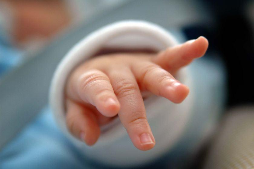 Bebelus de 6 luni si mama lui din Alba Iulia, suspecti de coronavirus