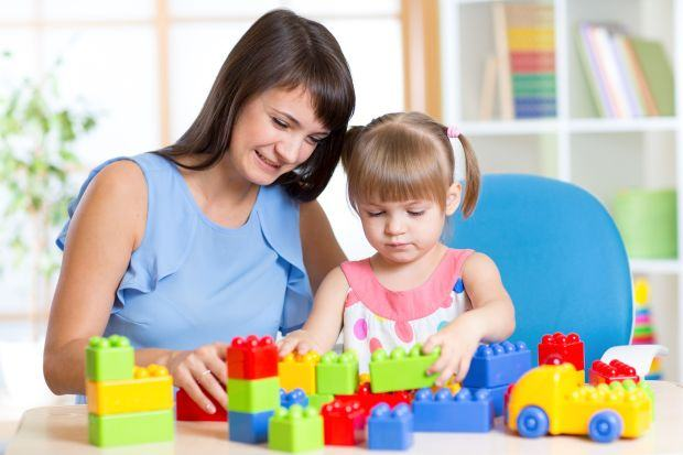Cine sta cu copilul? Avantaje, dezavantaje si costuri