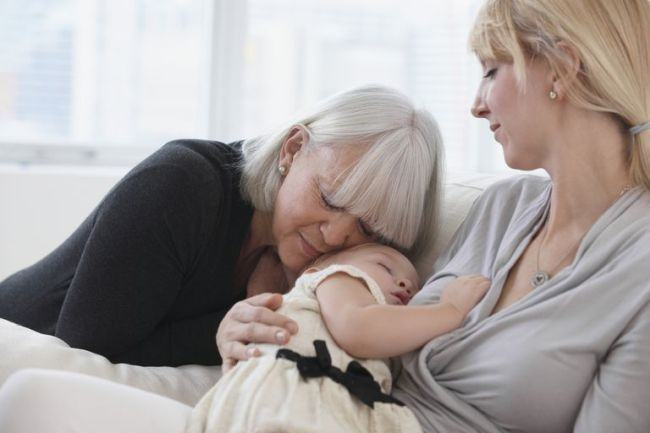 In timp ce toata lumea este cu ochii pe nou-nascut, MAMA noii mame are ochi doar pentru fiica