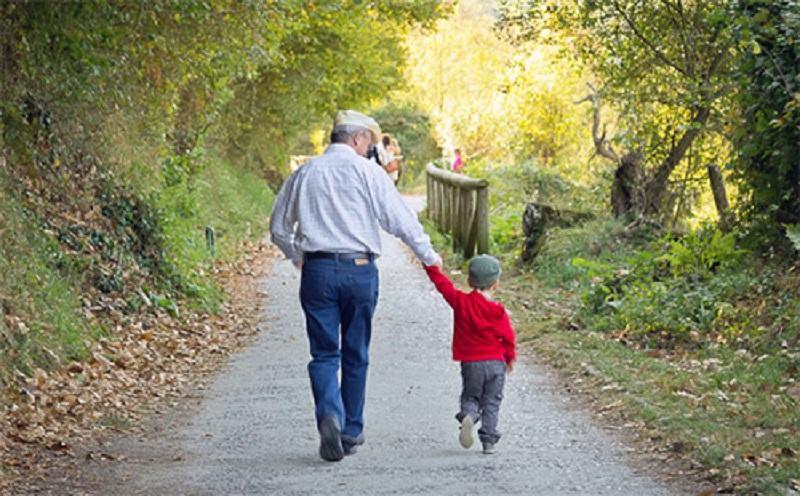 Oficiali din sistemul elvetian de sanatate: Copiii sub 10 ani isi pot imbratisa bunicii fara riscuri