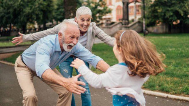 """Un bunic, catre toti nepotii: """"Pe voi Covid va tine patru zile in spital, dar noi nu ne mai intoarcem acasa"""""""