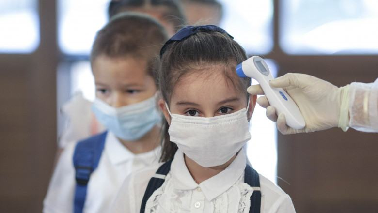Mastile, obligatorii in scoli si pentru persoanele vaccinate. Recomandarile facute in SUA