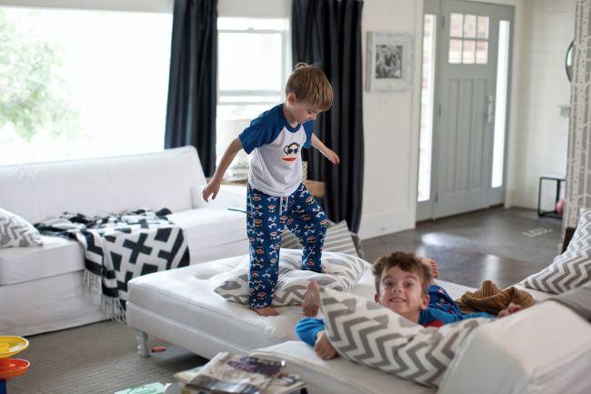 """Canapeaua alba"". Mesajul emotionant care iti aminteste de haosul frumos dintr-o casa cu copii mici. ""Copiii nostri vor fi copii doar o singura data"""