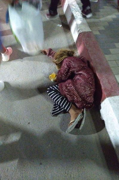 Zeci de copii desculti si infometati scosi la cersit de parinti in Costinesti