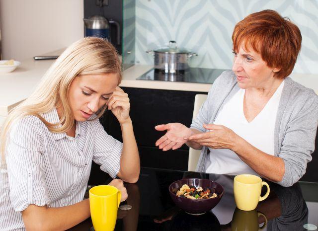 De cand ai devenit mama nu iti mai suporti soacra? Studiile spun ca e normal
