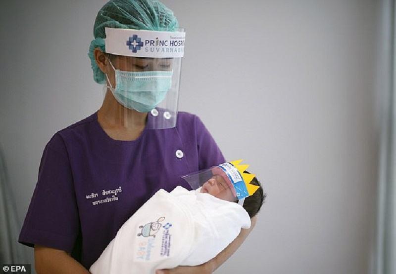AVERTISMENT de la cercetatorii chinezi: Nou-nascutii pot lua COVID-19 de la mama, in timpul sarcinii