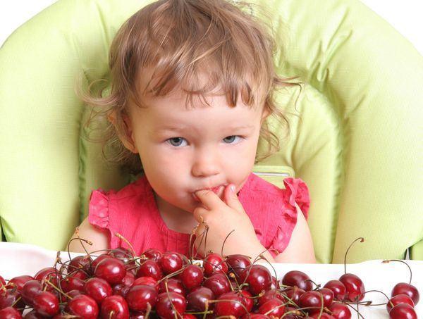 Cand introducem ciresele in alimentatia copilului