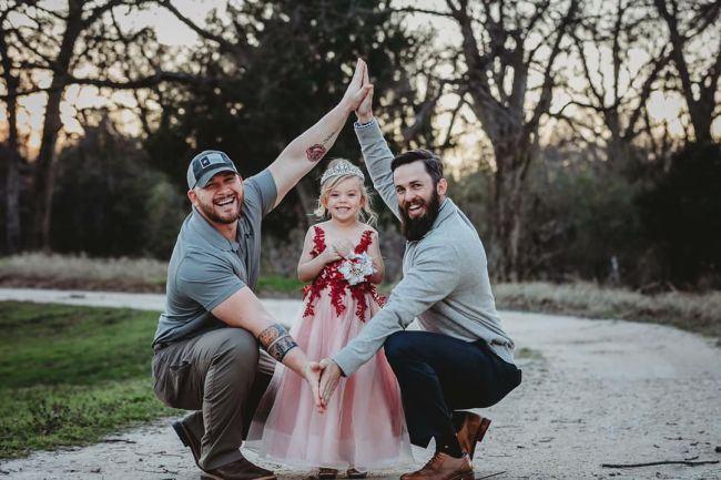 Imaginile virale a doi tati, unul natural si unul adoptiv, redefinesc conceptul de parenting in comun
