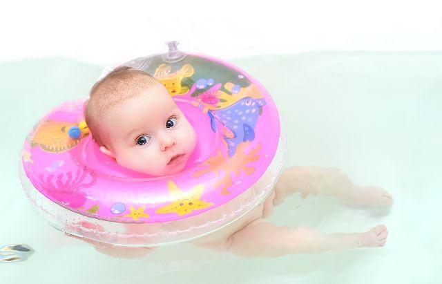 Colacul de gat pentru bebelusi - aliat sau inamic in dezvoltarea motrica?