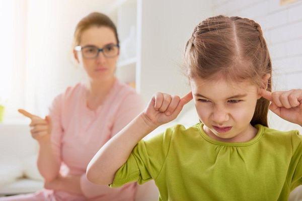 5 comportamente ale copilului pe care NU ar trebui sa le IGNORI