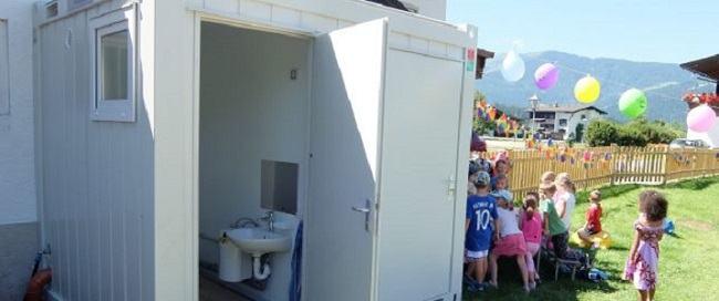 Solutia Guvernului pentru toaletele din curtea scolilor: containere, tot in curte